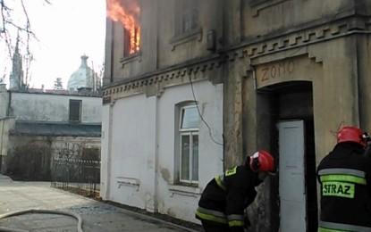 Dwie osoby wyniesione z pożaru na Kazimierza Wielkiego